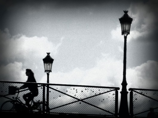 à Paris en vélo noir blanc