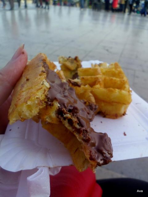 gaufre au nutella prise sur le pouce, face à la Tour Eiffel