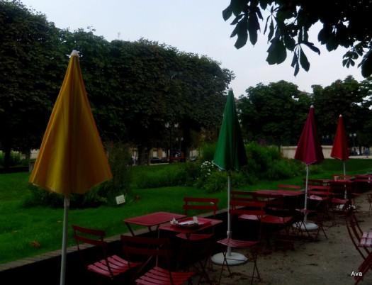 alignement de tables et de parasols