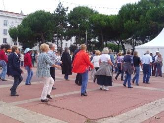 mouvement d'ensemble des danseurs de country à la Fête de la Musique de Royan