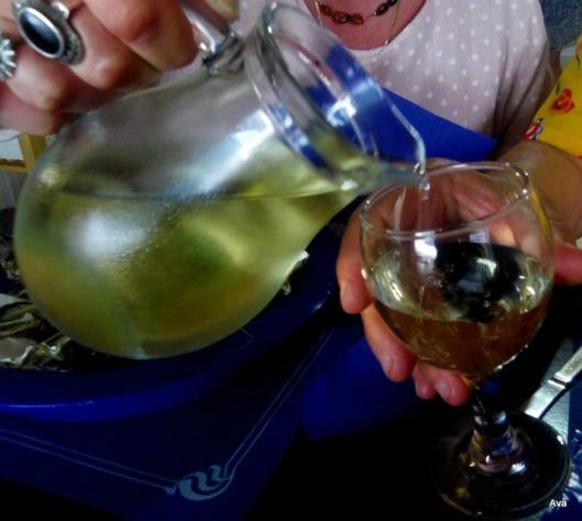 un pichet de vin blanc très frais