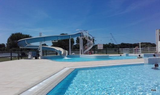 piscine et toboggan bleu