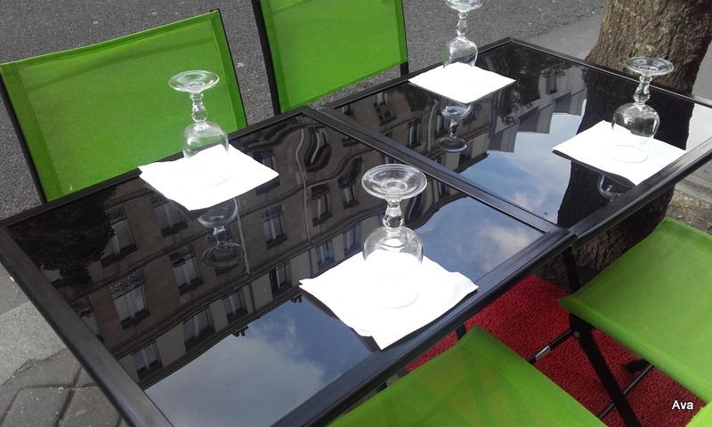 reflection-dun-immeuble-sur-la-table