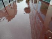 reflection sur trottoir par temps de pluie