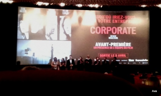 équipe du film devant l'écran.jpg